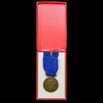 Norway: King Haakon VII Freedom Medal 1945, together with ribbon bar and housed in its original b...